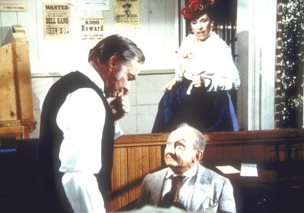 Harriert (Katherine MacGregor, r.) unterbricht das Bewerbungsgespräch zwischen Lou (Billy Barty, M.) und Mr. Anderson (Sam Edwards, l.). - Bildquelle: Worldvision