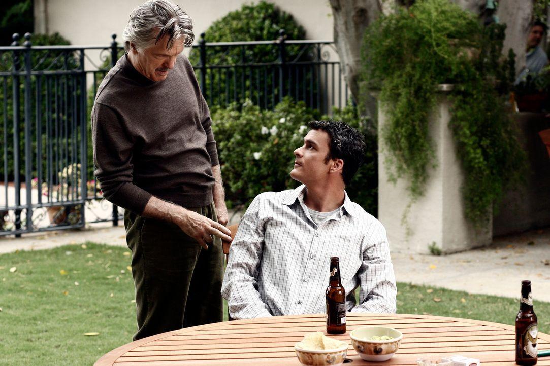 Noch ist alles in bester Ordnung: Tommy (Balthazar Getty, r.) und seine Vater William (Tom Skerritt, l.) ... - Bildquelle: Disney - ABC International Television