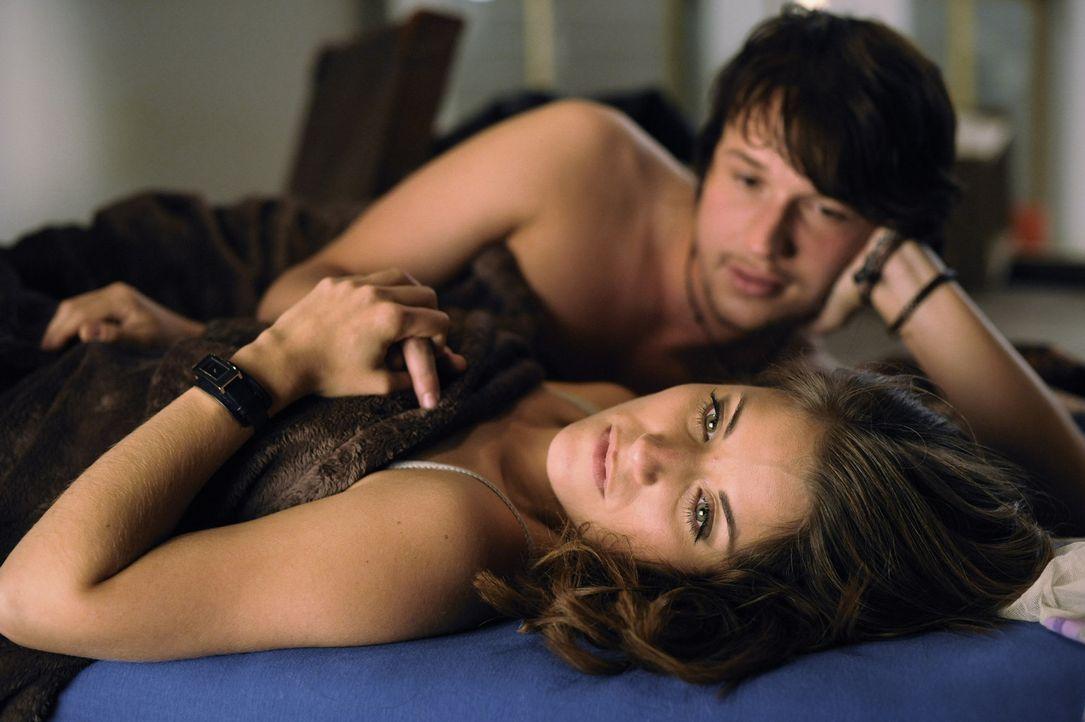 Nach dem leidenschaftlichen Sex mit Bea (Vanessa Jung, vorne) schöpft Ben (Christopher Kohn, hinten) neue Hoffnung. Er wird jedoch enttäuscht ... - Bildquelle: SAT.1
