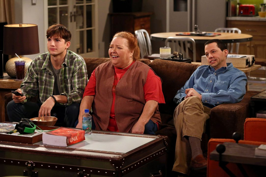 Während Walden (Ashton Kutcher, l.) einen tollen Geburtstag für Berta (Conchata Ferrell, M.) plant, will Alans (Jon Cryer, r.) überaus attraktive un... - Bildquelle: Warner Bros. Television