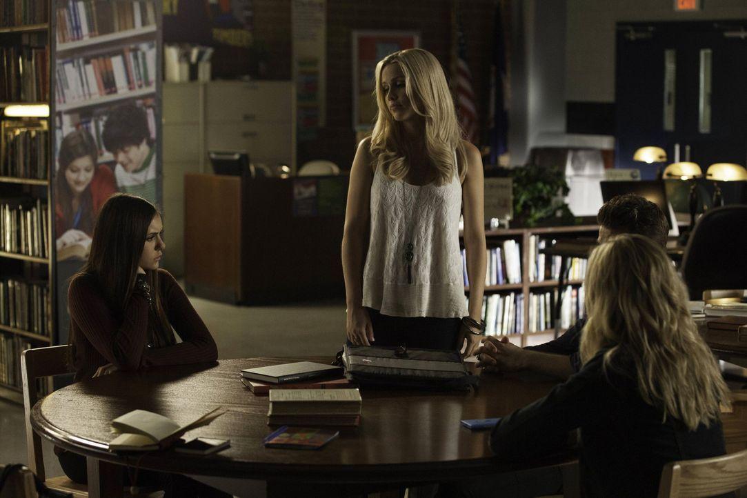 Bei Rebekahs (Claire Holt, 2.v.l.) keiner Quizrunde kommen Tatsachen ans Licht, die Elena (Nina Dobrev, l.), Stefan (Paul Wesley, 2.v.r.) und Caroli... - Bildquelle: Warner Brothers