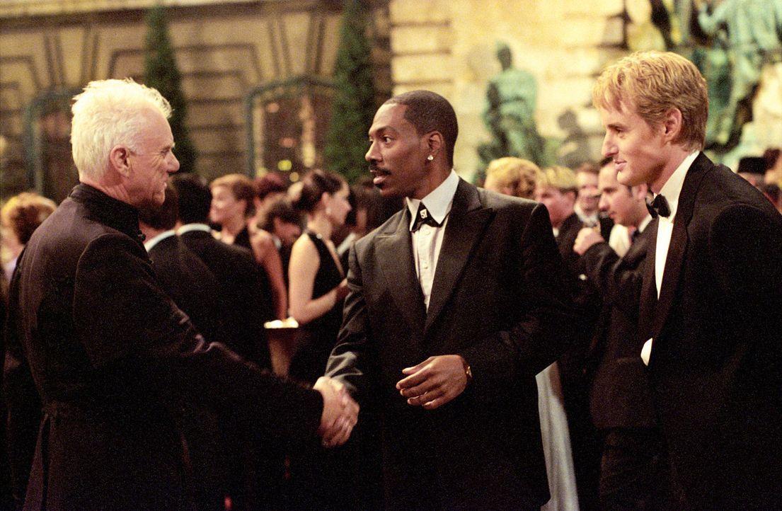 Der trottelige CIA-Agent Alexander Scott (Owen Wilson, r.) und der angeberische Boxchampion Kelly Robinson (Eddie Murphy, M.) sind die Einzigen, die... - Bildquelle: 2003 Sony Pictures Television International
