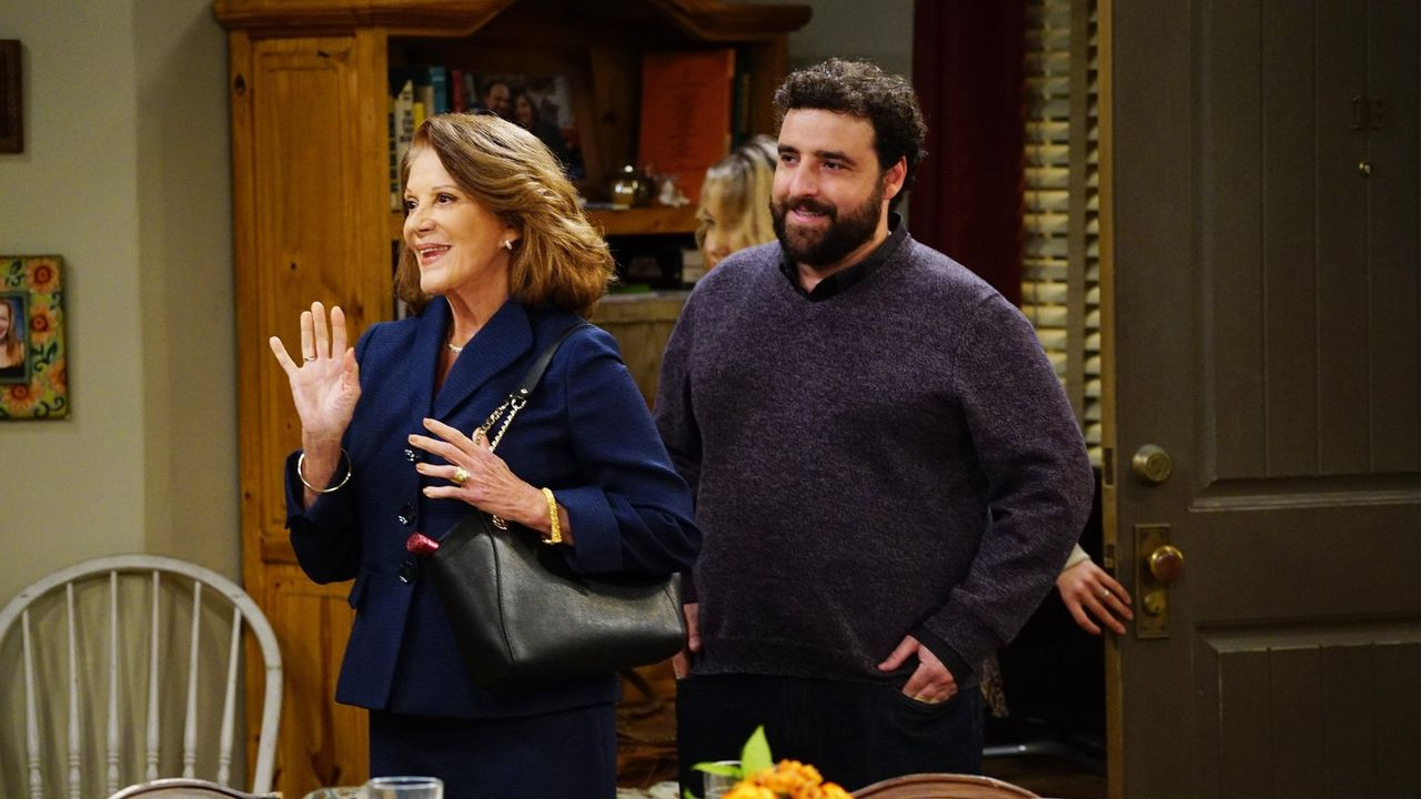 Gregory (David Krumholtz, r.) stellt Christy und Bonnie seine Mutter Phyllis (Linda Lavin, l.) vor, die einen recht anstrengenden Eindruck zu machen... - Bildquelle: 2015 Warner Bros. Entertainment, Inc.