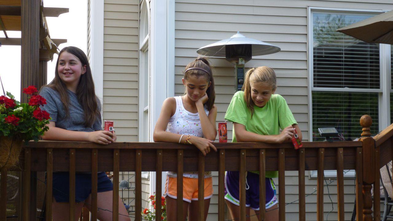 Hannah (Darstellerin unbekannt, r.) und ihre jüngere Schwester Jennah (Darstellerin unbekannt, M.) lernen die seltsame Karen (Darstellerin unbekannt... - Bildquelle: Kate Findlay-Shirras Atlas Media, 2011