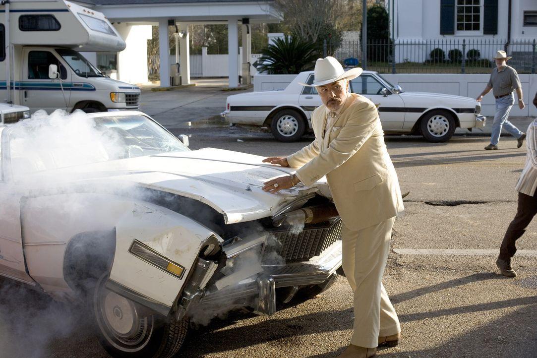 Als Bo und Luke mitbekommen, dass sich der korrupte Landrat Boss Hogg (Burt Reynolds) die Grundstücke ihrer Nachbarn illegal unter den Nagel reißt... - Bildquelle: Warner Brothers International