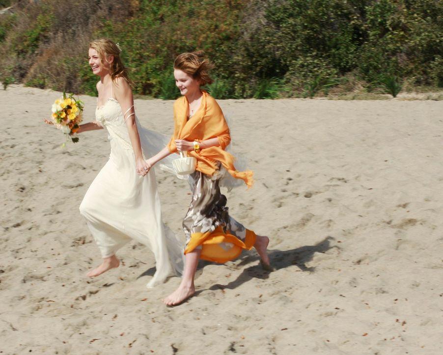 Paige (Kerris Dorsey, r.) begleitet Rebecca (Emily VanCamp, l.) zur improvisierten Hochzeit am Strand von Malibu. - Bildquelle: 2009 American Broadcasting Companies, Inc. All rights reserved.