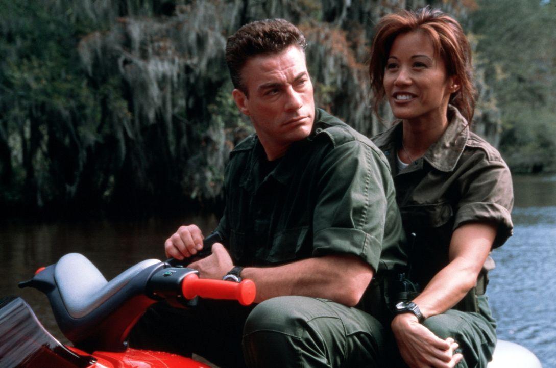 Ein Kampf auf Leben und Tod entbrennt zwischen Luc (Jean-Claude Van Damme, l.) und Maggie (Kiana Tom, r.) und den wiederbelebten Toten ... - Bildquelle: Columbia TriStar Film GmbH