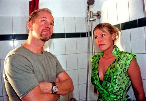 Typisch Sophie - Jo (Jochen Horst, l.) schnappt sich die angeheiterte Sophie...