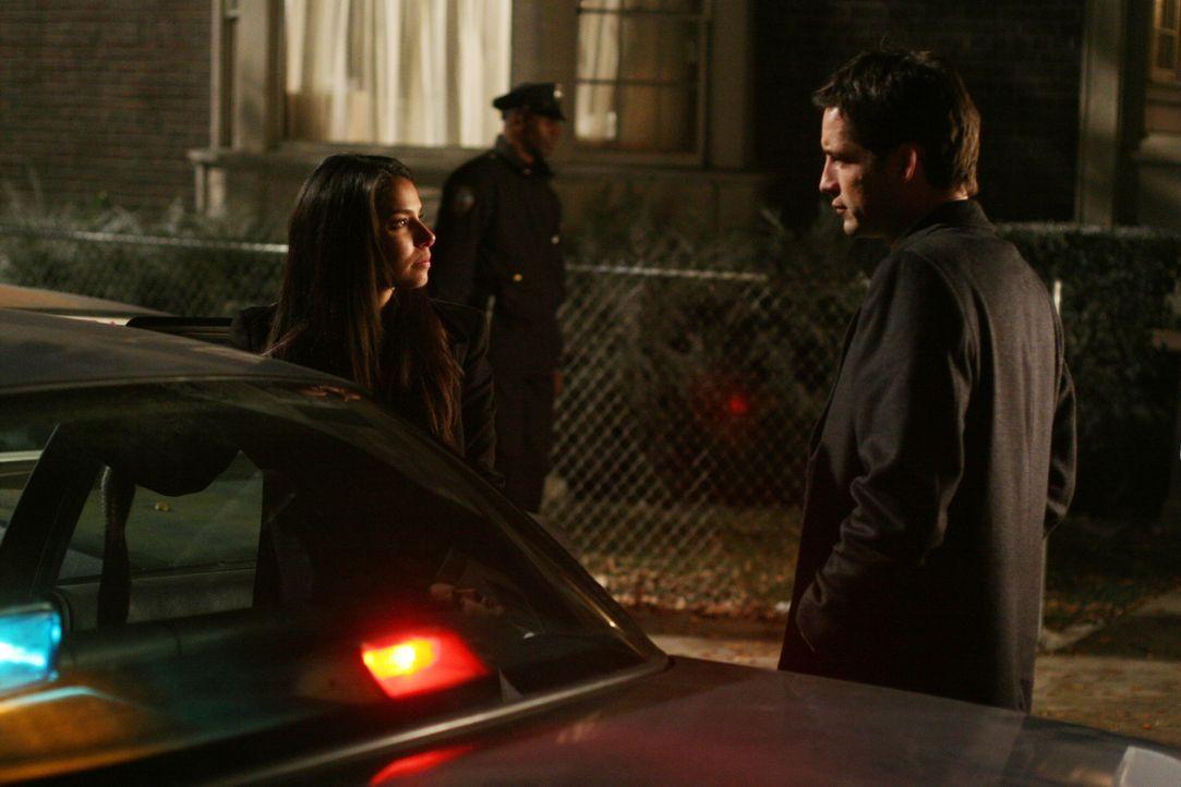 Bei Elena (Roselyn Sanchez, l.) kommt es zu einem Vermisstenfall in der eigenen Familie. Ihre Tochter Sofie ist entführt worden. Danny (Enrique Murc... - Bildquelle: Warner Bros. Entertainment Inc.