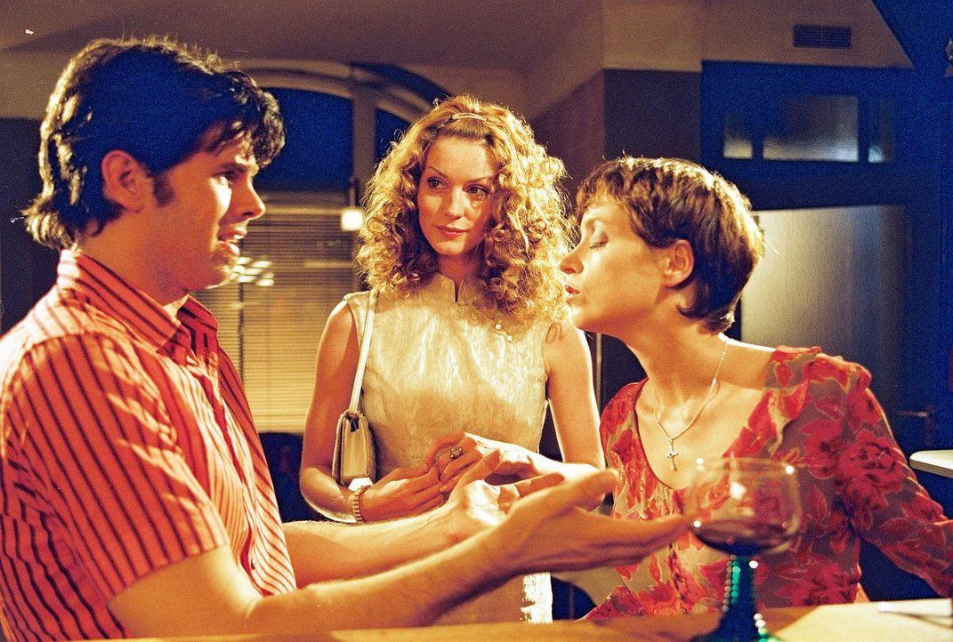 Arthur (Steffen Groth, l.) ist in die allein erziehende Kellnerin Nelly (Anna Thalbach, r.) verliebt. Daphne (Esther Schweins, M.) stört beim Rende... - Bildquelle: Sat.1