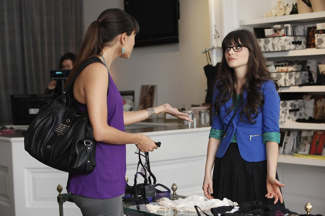 Cece (Hannah Simone, l.) unterstützt Jess (Zooey Deschanel, r.) so gut sie kann ... - Bildquelle: 20th Century Fox