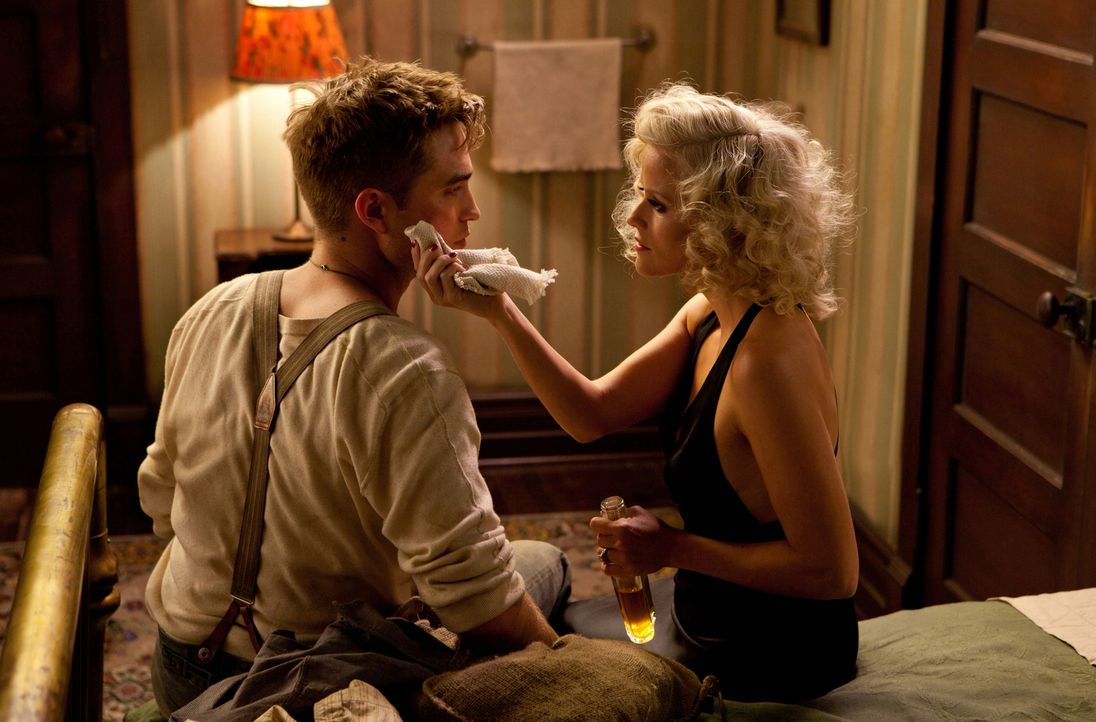 Nach dem Unfalltod seiner Eltern lässt Jacob (Robert Pattinson, l.) sein altes Leben hinter sich und springt auf einen Zug auf, der einem Wanderzirk... - Bildquelle: David James 2011 Twentieth Century Fox Film Corporation. All rights reserved.