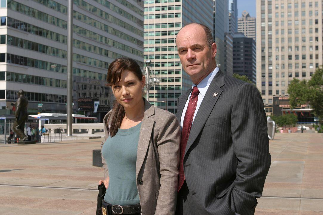 Josie Sutton (Sarah Brown, l.) soll das Team von Lt. John Stillman (John Finn, r.) tatkräftig unterstützen ... - Bildquelle: Warner Bros. Television