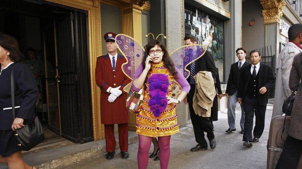Weil Halloween ist, schmeißt sich Betty (America Ferrera) in ein ziemlich alb...