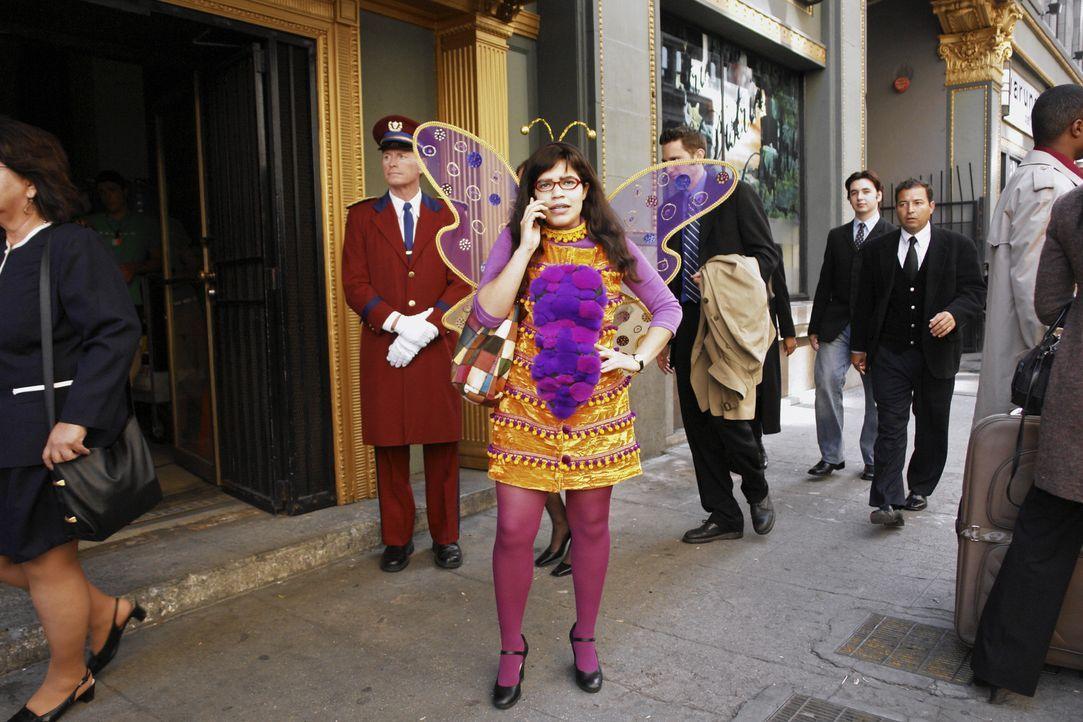 Weil Halloween ist, schmeißt sich Betty (America Ferrera) in ein ziemlich albernes Schmetterlingskostüm, weil sie denkt, dass in der Firma das lusti... - Bildquelle: Buena Vista International Television