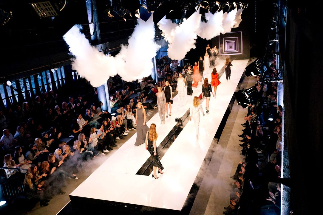GNTM-Stf11-Epi01-erste-fashion-show-25-ProSieben-Hobmaier - Bildquelle: ProSieben/Stefan Hobmaier