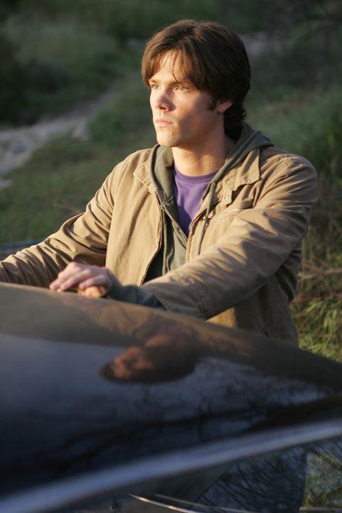 Nachdem sein Vater auf mysteriöse Weise verschwunden ist, lässt sich Sam (Jared Padalecki) von seinem Bruder Dean überzeugen, sich mit ihm auf di... - Bildquelle: Warner Bros. Television