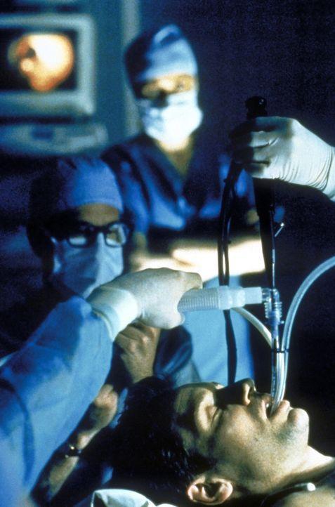Nachdem Mulder (David Duchovny) mit einem neuartigen todbringenden Tabakrauch in Berührung gekommen ist, hängt sein Leben am seidenen Faden. - Bildquelle: TM +   2000 Twentieth Century Fox Film Corporation. All Rights Reserved.