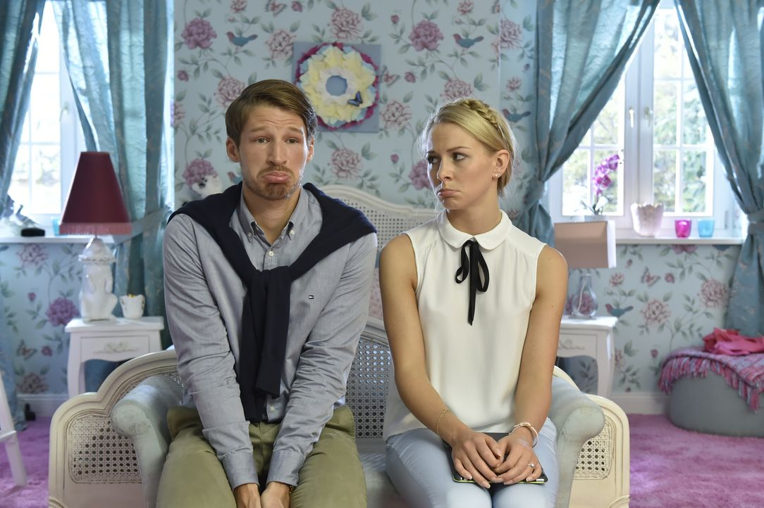 Sind entsetzt, als sie feststellen müssen, dass ihr Orgasmus-Problem öffentlich ist: Luisa (Jenny Bach, r.) und Julian (Oliver Bender, l.) ... - Bildquelle: Claudius Pflug SAT.1