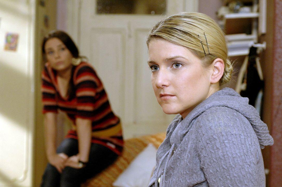 Zusammen mit Paloma (Maja Maneiro, l.) überlegt Anna (Jeanette Biedermann, r.), was sie nach Broda & Broda machen soll ... - Bildquelle: Oliver Ziebe Sat.1