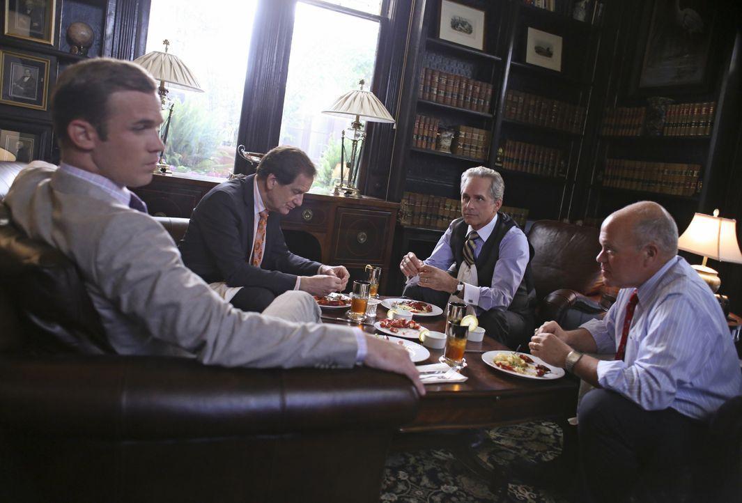 Im Kreise der Honoratioren von Charleston kennt man sich und Gerüchte machen schnell die Runde: (v.l.n.r.) Staatsanwalt Roy Rayder (Cam Gigandet), D... - Bildquelle: 2013 CBS BROADCASTING INC. ALL RIGHTS RESERVED.