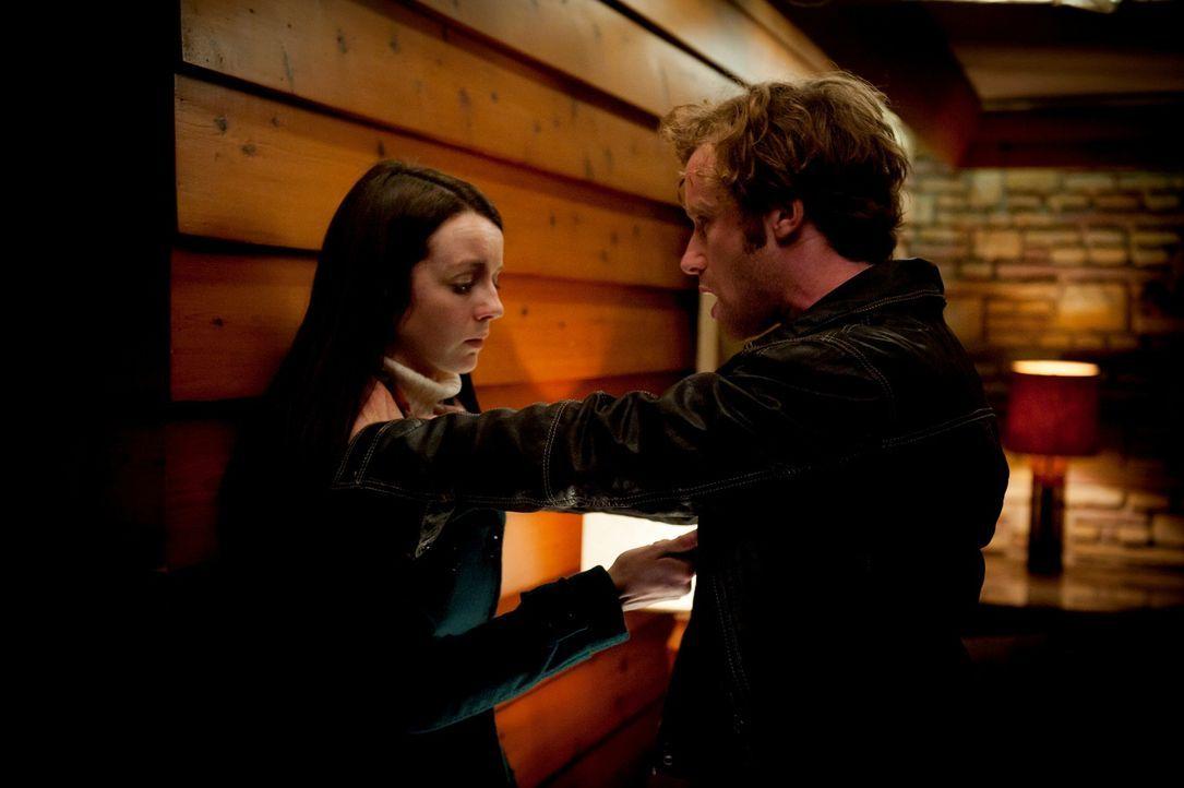 Wird Nicholas Boyle (Mark Rendall, r.) den Angriff von Abigail (Kacey Rohl, l.) überleben? - Bildquelle: Brooke Palmer 2012 NBC Universal Media, LLC