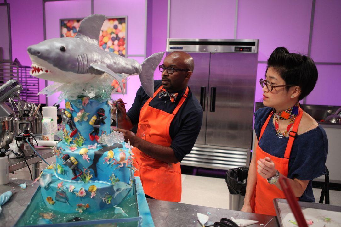 Zusammen betrachten Edet Okon (l.) und seine Assistentin (r.) ihr Werk. Werden Sie damit die Jury vom Hocker reißen? - Bildquelle: 2016,Television Food Network, G.P. All Rights Reserved