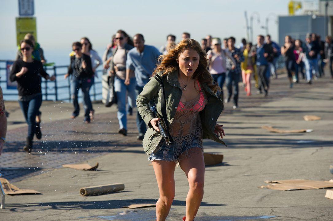 Kann Nova (Cassandra Scerbo) April und ihre Tochter vor den fliegenden Haien retten? - Bildquelle: 2013, THE GLOBAL ASYLUM INC.  ALL RIGHTS RESERVED.