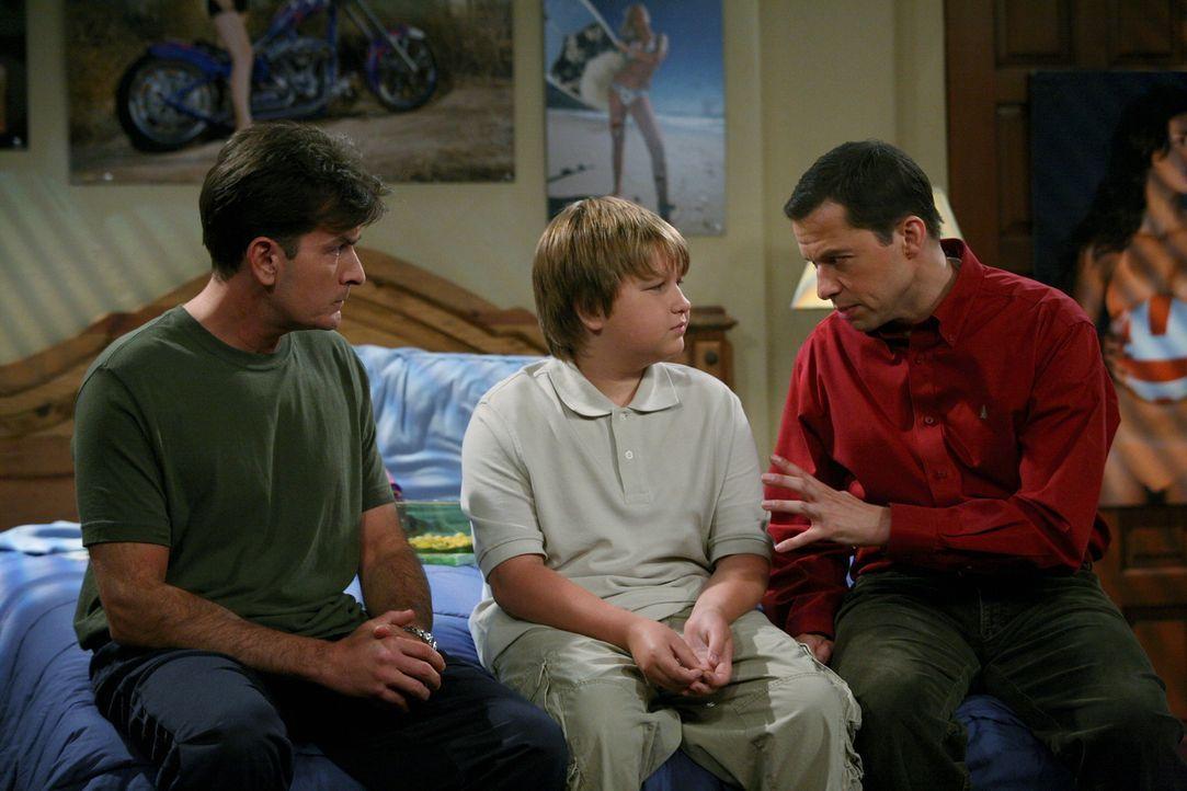 Jake (Angus T. Jones, M.) hat die Versetzung in die Junior High School geschafft. Daraufhin werden bei Charlie (Charlie Sheen, l.) und Alan (Jon Cry... - Bildquelle: Warner Brothers Entertainment Inc.