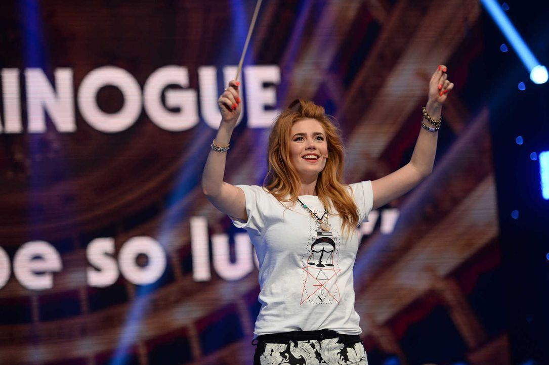 Palina Rojinski präsentiert ihr Talent beim Publikumsorchester ... - Bildquelle: Willi Weber SAT.1/Willi Weber