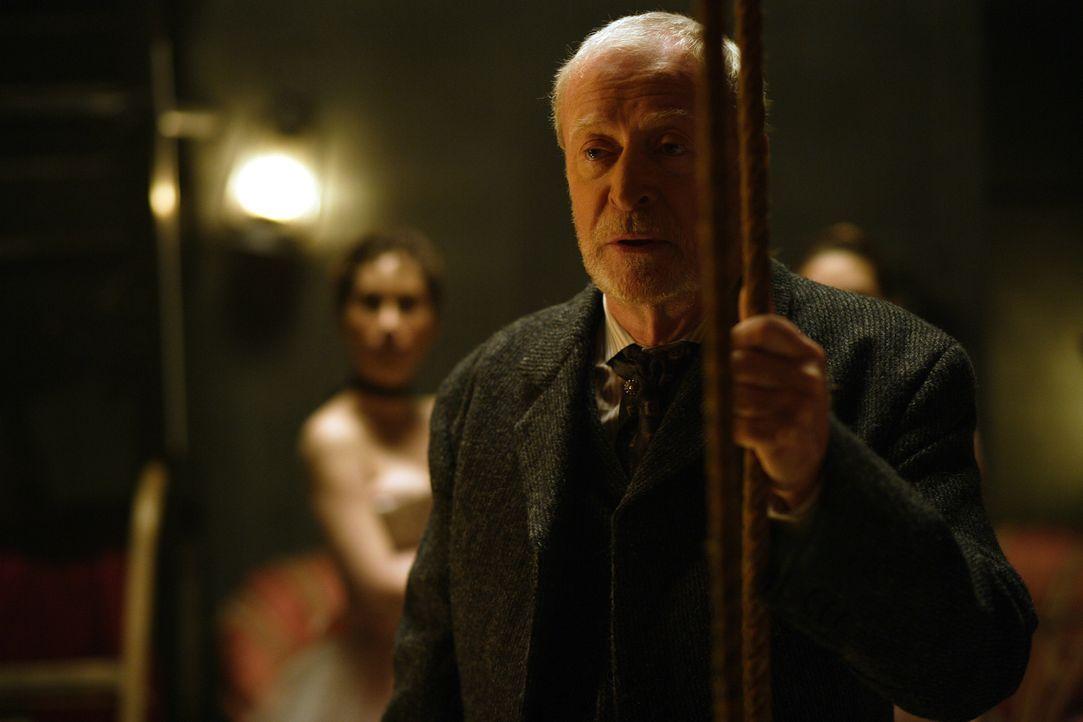 Entwirft großartige Illusionen: Cutter (Michael Caine) ... - Bildquelle: Warner Television