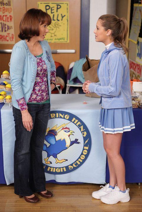 Frankie (Patricia Heaton, l.) ist überrascht, als sie Morgan (Alexa Vega), die neue Freundin von Axl, kennenlernt. Kann diese Beziehung wirklich lan... - Bildquelle: Warner Brothers
