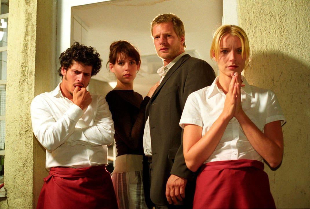 Die Mitarbeiter Luigi (Manuel Cortez, l.) und Doris (Verena Araghi, r.) sind ebenso fassungslos wie Nina (Elena Uhlig, 2.v.l.) und Leo (Henning Baum... - Bildquelle: Christian A. Rieger Sat.1