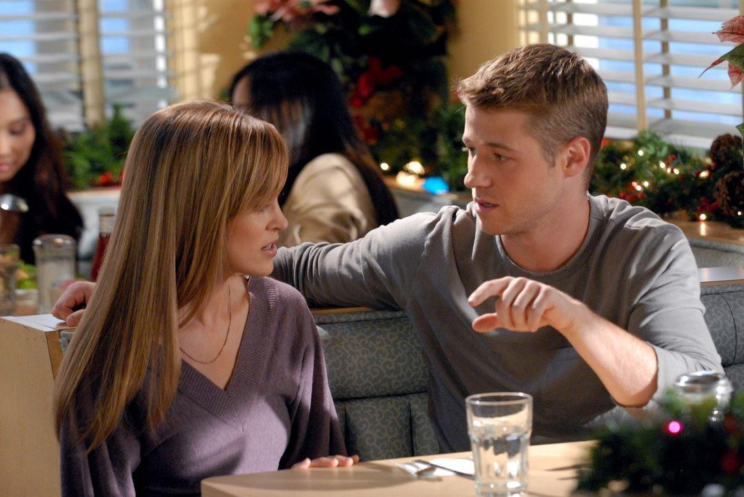 Wieder einmal steht bei den Cohens Weihnukkah vor der Tür und Ryan (Benjamin McKenzie, r.) und Taylor (Autumn Reeser, l.) haben einen Unfall, als s... - Bildquelle: Warner Bros. Television