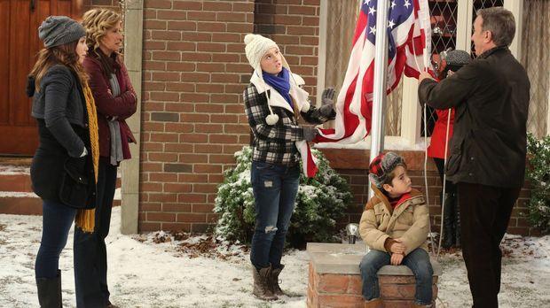 Mike (Tim Allen, r.) hisst im Garten die amerikanische Flagge, sehr zum Bedau...