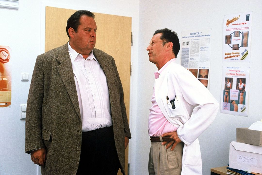 Benno (Ottfried Fischer, l.) befragt Dr. Liebnitz (Stephan Schwarz, r.) zu seinem toten Kollegen Dr. Mattel ... - Bildquelle: Magdalena Mate Sat.1