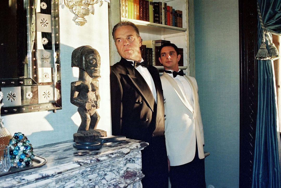Bei einem Empfang schleichen sich Wolff (Jürgen Heinrich, l.) und sein Kollege Tom (Steven Merting, r.) als Kellner getarnt in das Büro des Botschaf... - Bildquelle: Claudius Pflug Sat.1
