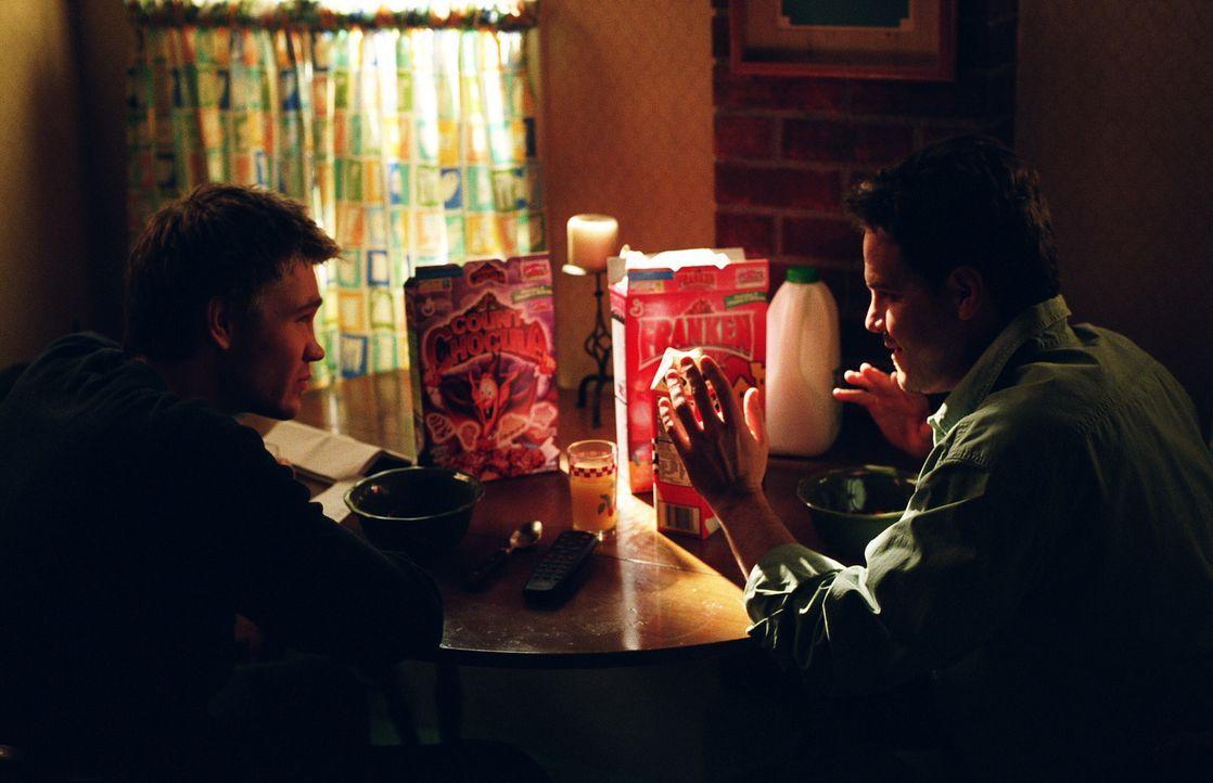 Lucas (Chad Michael Murray, l.) lässt sich auf einen Deal mit Brooke ein und dabei wird ordentlich getrunken. Als er am nächsten Morgen aufwacht,... - Bildquelle: Warner Bros. Pictures
