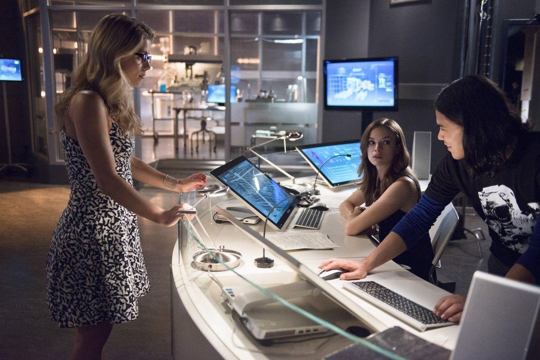 Im Kampf gegen Captain Cold, kann sich Barry auf Felicity (Emily Bett Rickards, l.), Cisco (Carlos Valdes, r.) und Caitlin (Danielle Panabaker, M.)... - Bildquelle: Warner Brothers.