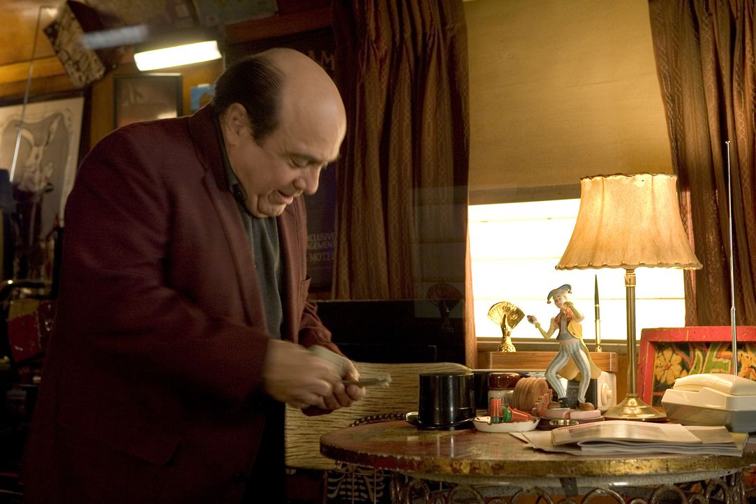 In einem Spielcasino fristet Walter (Danny, DeVito) sein Dasein und träumt, an seine große Karriere als Magier anknüpfen zu können. Doch statt R...