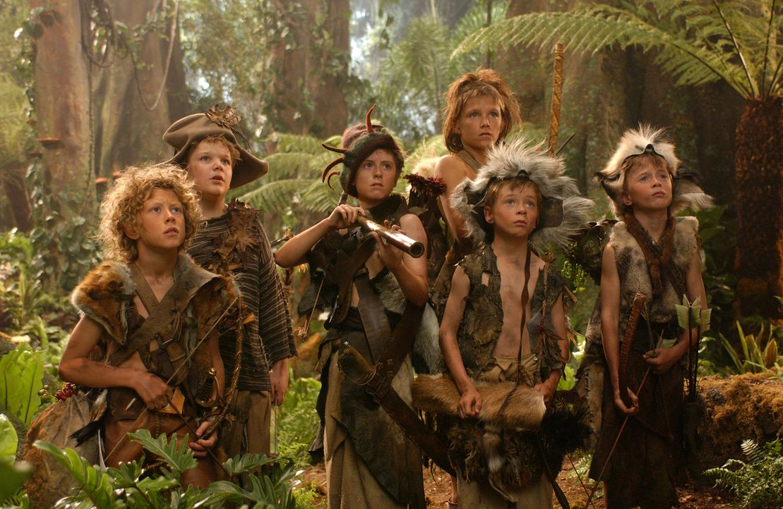 "Leben mit Peter Pan im Nimmerland: Die ""verlorenen Jungs"" (v.l.n.r.: George MacKay, Rupert Simoneon, Theodore Chester, Harry Eden, Patrick Gooch und... - Bildquelle: 2004 Sony Pictures Television International. All Rights Reserved."