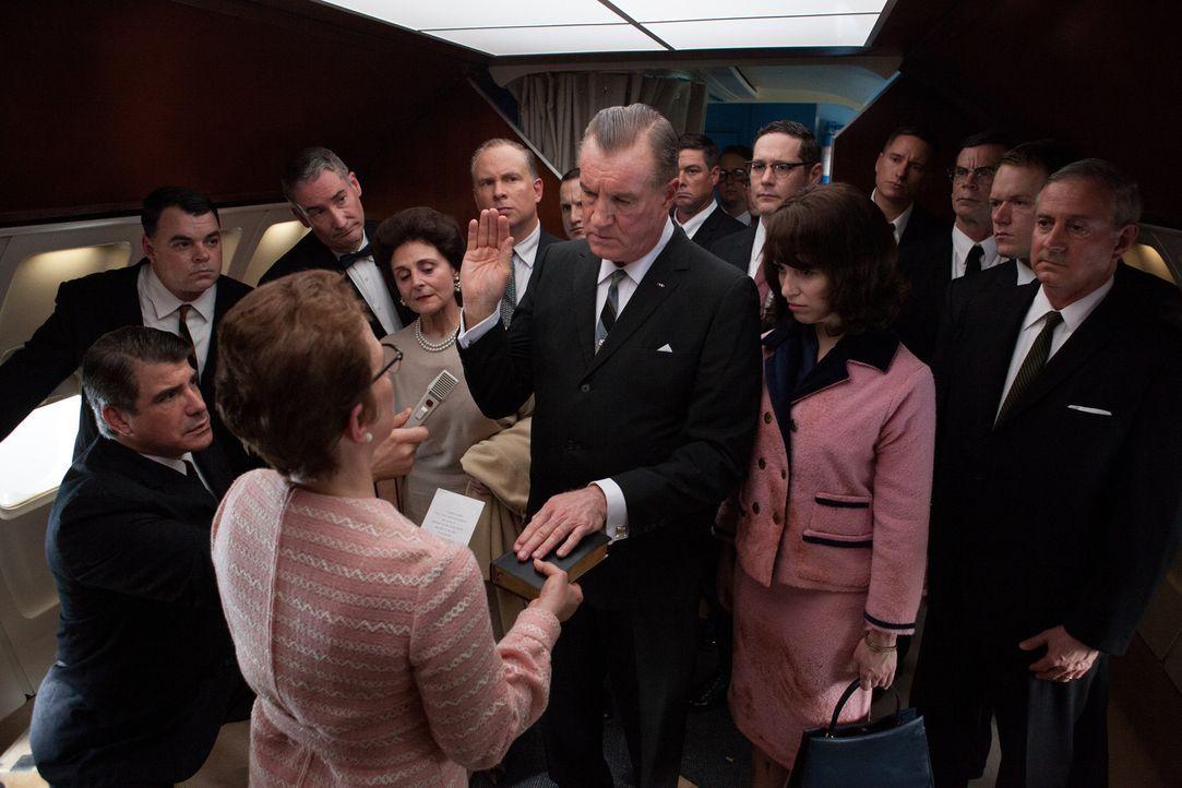 Die Secret-Service-Agenten setzen gegen den Willen der Ärzte des Parkland-Hospitals durch, dass der Leichnam John F. Kennedys an Bord der Air Force... - Bildquelle: Claire Folger 2013 WALLEYE PRODUCTIONS, LLC ALL RIGHTS RESERVED.