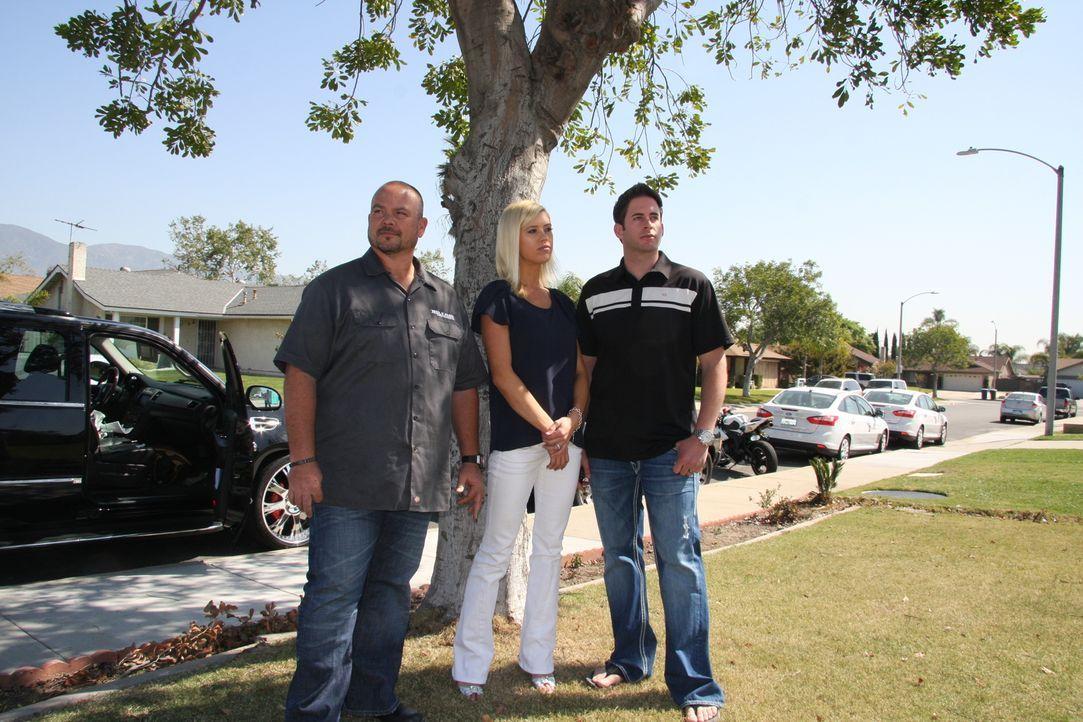 Der Moment der Wahrheit: Dan (l.) nimmt das erworbene Haus von Tarek (r.) und Christina (M.) ganz genau in Augenschein ... - Bildquelle: 2013,HGTV/Scripps Networks, LLC. All Rights Reserved