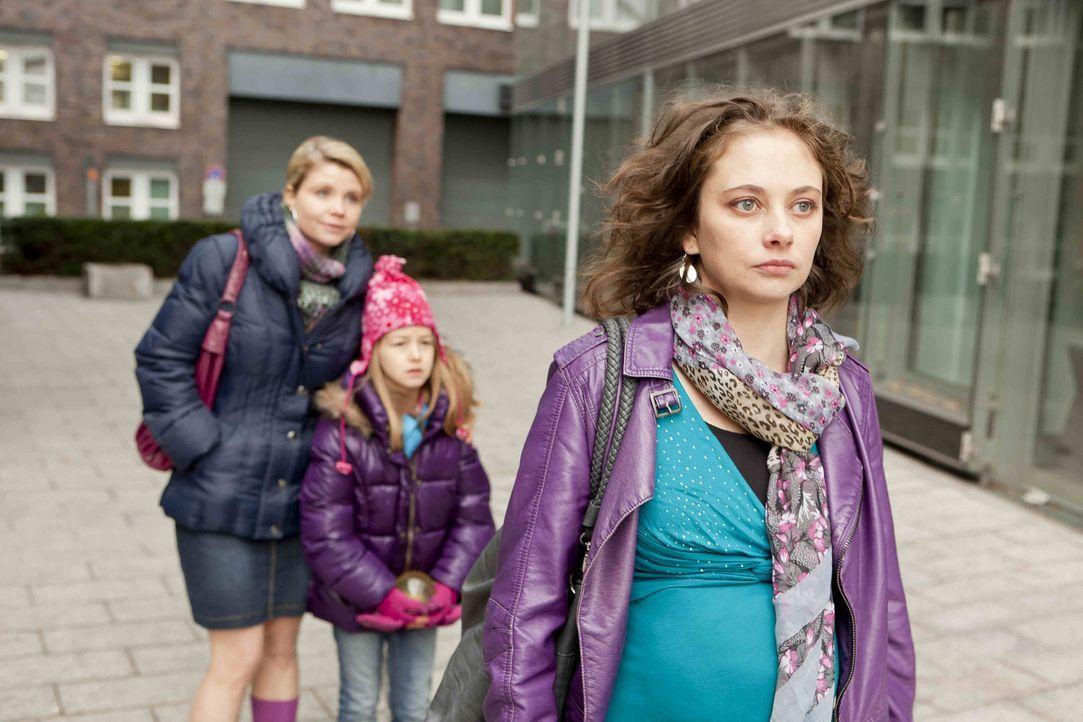 Um Renate Winz und ihrer Tochter Leni (Luna Jakob, M.) zu helfen, legt sich Danni (Annette Frier, l.) mächtig ins Zeug und stattet sogar der Verlob... - Bildquelle: SAT.1