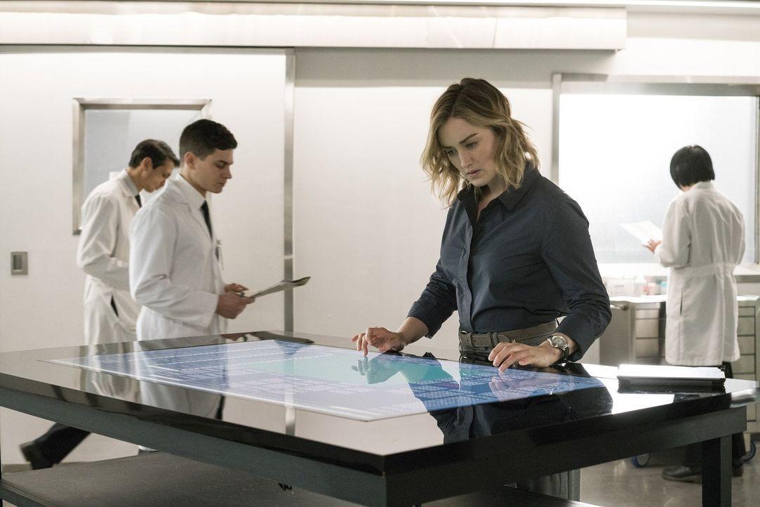 Als es Patterson (Ashley Johnson) gelingt, die Festplatte zu entschlüsseln, erhält sie Einsicht in interessante Informationen über Shepherd - und üb... - Bildquelle: Warner Brothers