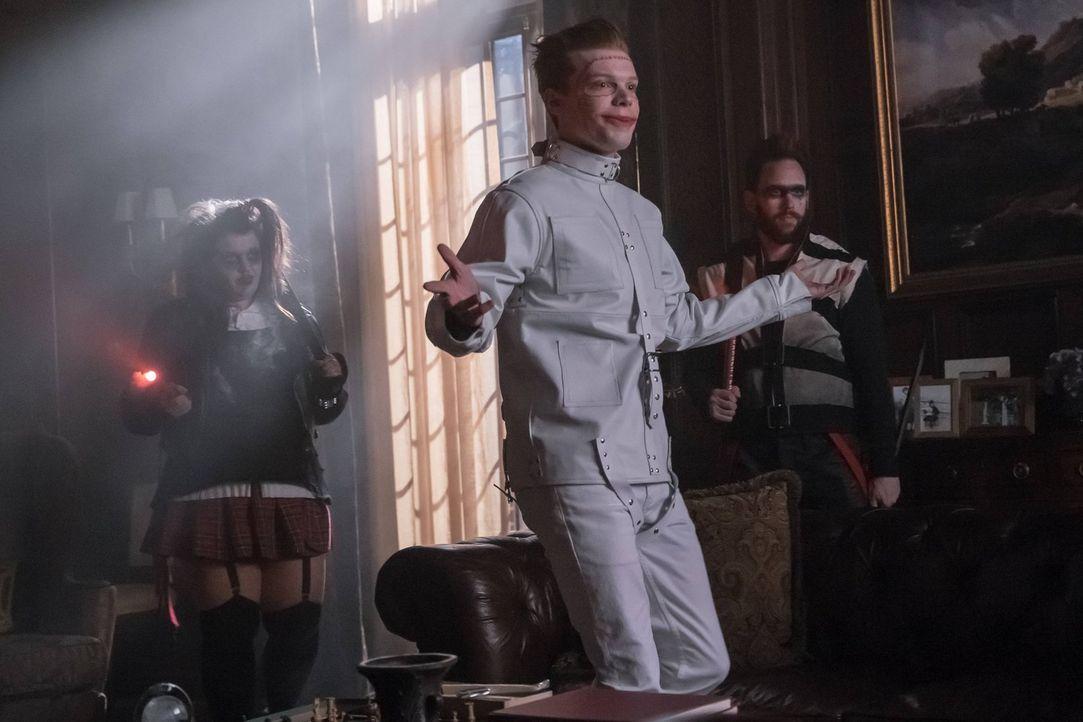 Nachdem in Gotham die Lichter ausgegangen sind, bricht über die Stadt das Chaos herein. Jeromes Anhänger besetzten mehrere Orte in der Stadt und ter... - Bildquelle: Warner Brothers