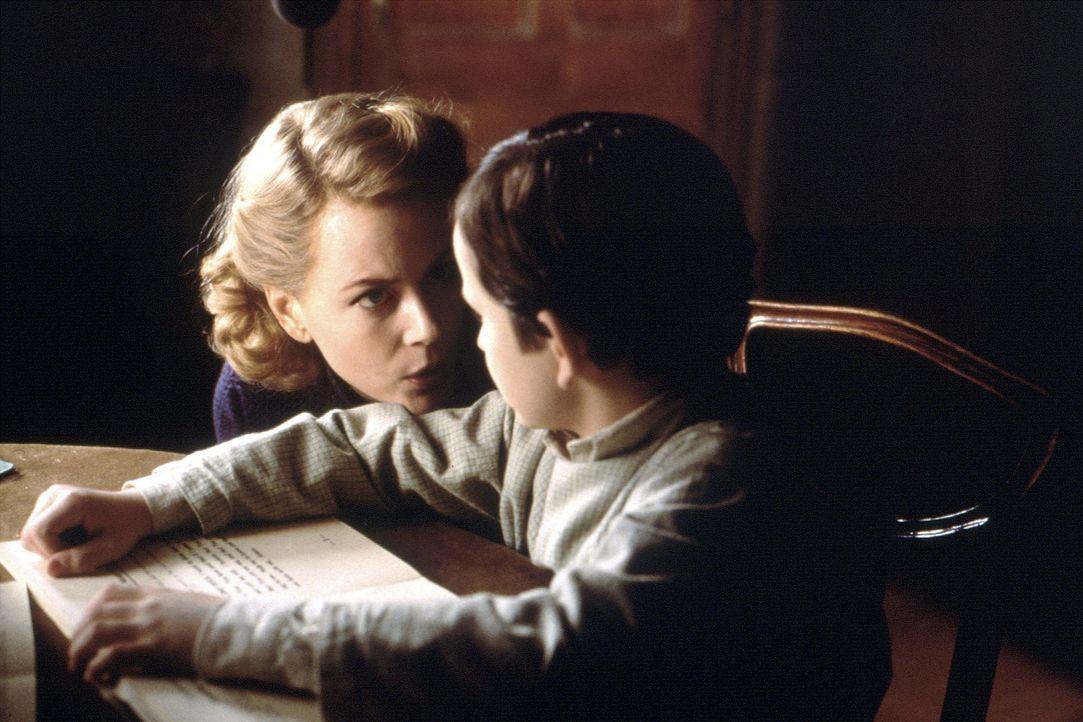 Der gebrechliche Nicholas (James Bentley, r.) zieht sich immer weiter in sich selbst zurück, während die extrovertierte Anne der Mutter (Nicole Ki... - Bildquelle: Miramax Films
