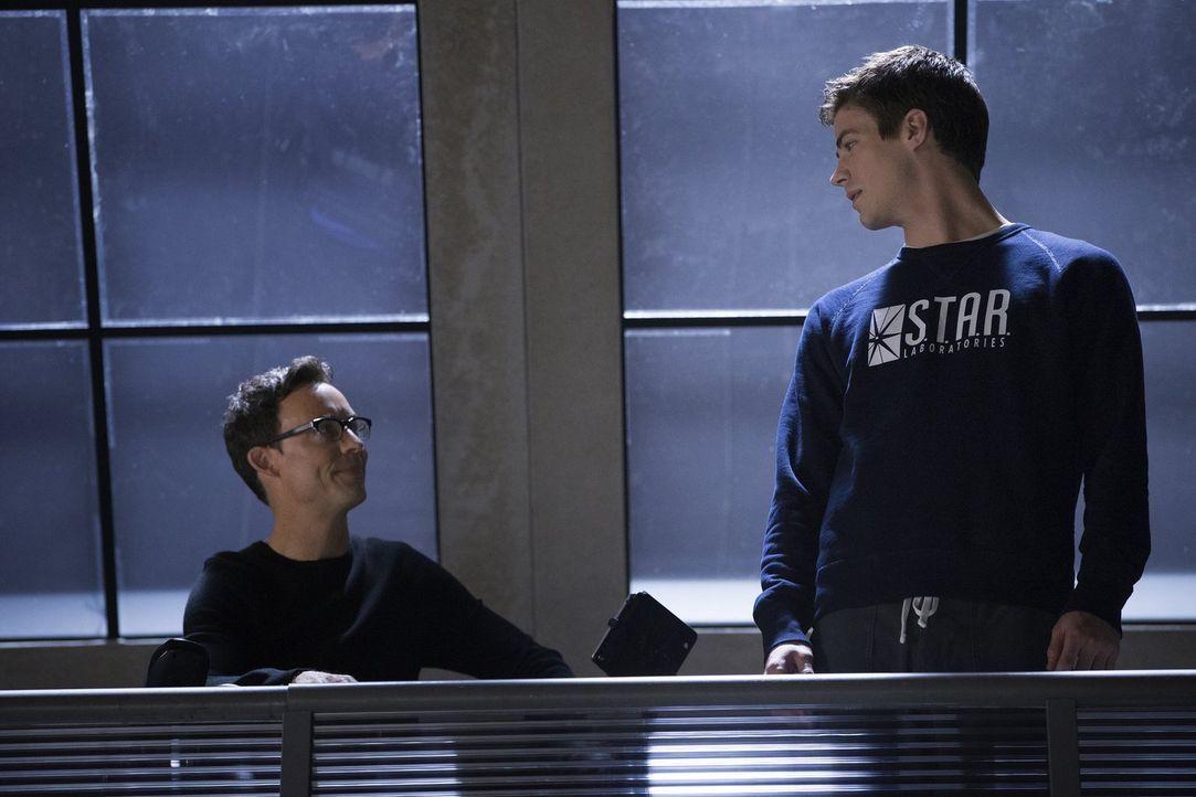 Als ein Teilchenbeschleuniger, der von Harrison Wells (Tom Cavanagh, l.) entwickelt wurde, eine Explosion verursacht, wird Barry Allen (Grant Gustin... - Bildquelle: Warner Brothers.