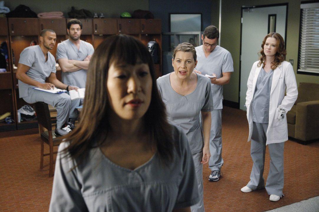 Während eines lautstarken Streits beschuldigt Meredith (Ellen Pompeo, 4.v.l.) Einzelgängerin Cristina (Sandra Oh, 3.v.l.) vor der versammelten Bel... - Bildquelle: ABC Studios