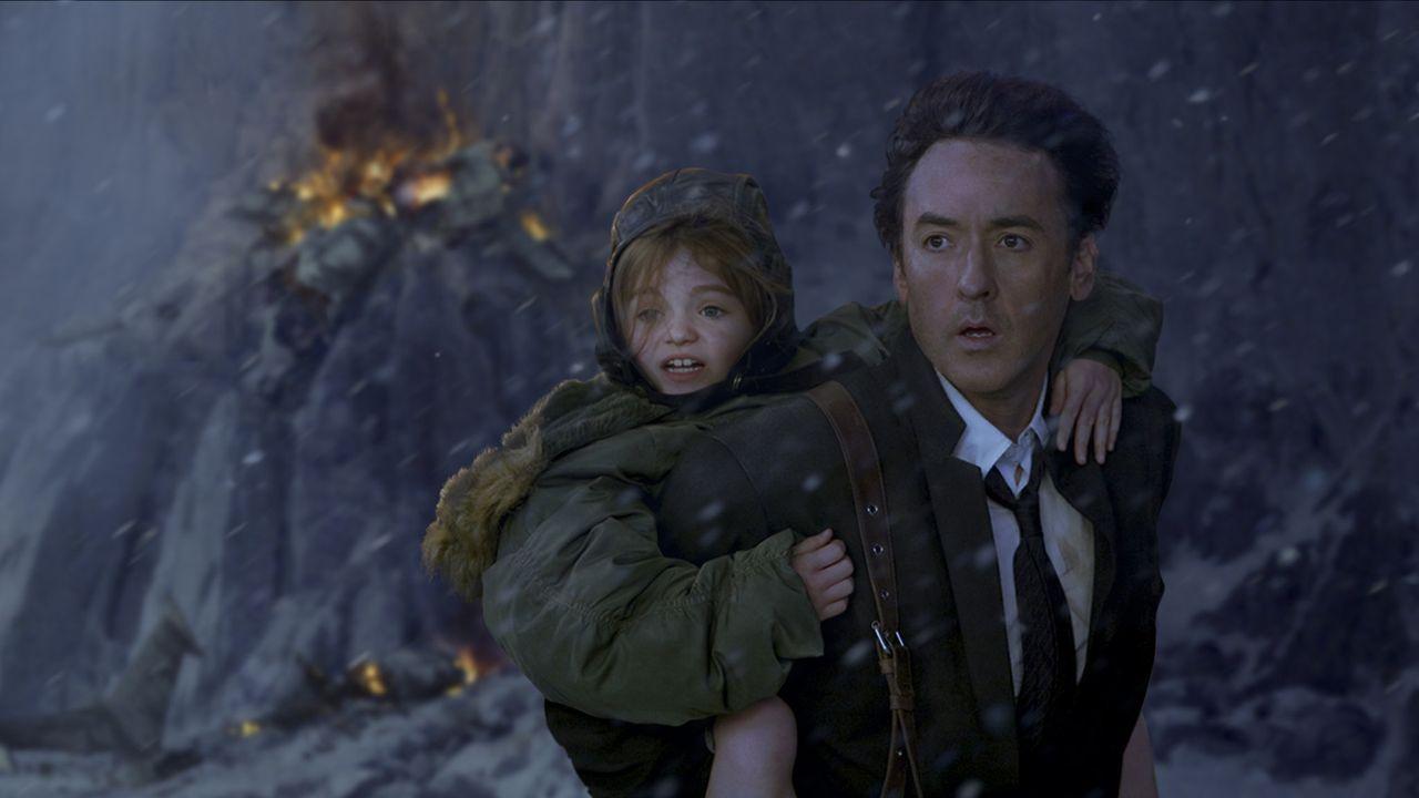 Für Jackson Curtis (John Cusack, r.) und seine Tochter Lilly (Morgan Lily, l.) beginnt ein schier aussichtsloser Kampf, der Apokalypse doch noch en... - Bildquelle: 2009 Columbia Pictures Industries, Inc. All Rights Reserved.